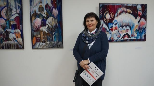 Светлана Синяева (Череповец) у своих работ. Говорит, что на создание одного квадратного сантиметра она тратит 8 часов
