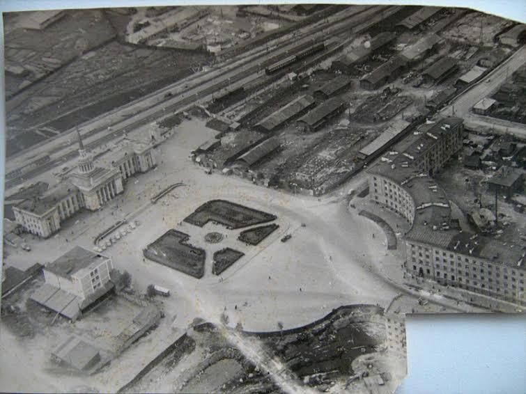 Привокзальная площадь в конце 1950-х. Прирельсовые склады были постепенно перенесены. Каменное здание склада-холодильника сохранялось до 2010-х гг.
