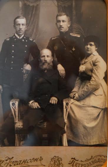 В центре Алексей Петрович Анкудинов, и двумя сыновьями - Гавриилом и Александром ( с супругой), офицером русской армии, георгиевским кавалером, погиб во время Первой мировой войны