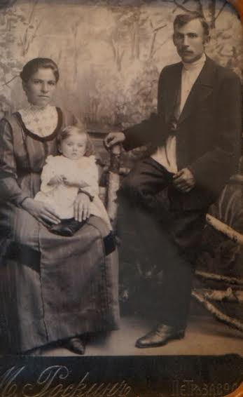 Ольга и Михаил Ивановы с маленькой Зинаидой на руках, 1911 год