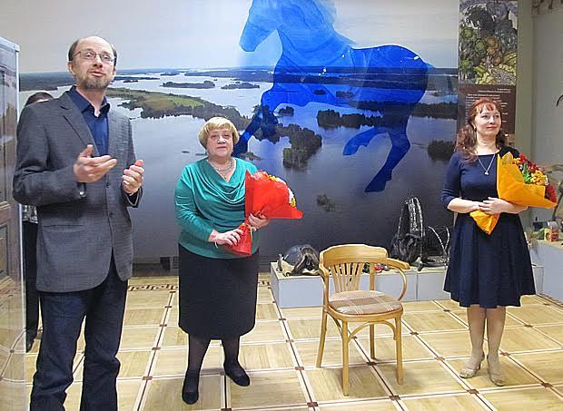 Выставку представляют заместитель директора по научно-фондовой и экспозиционно-выставочной деятельности Игорь Мельников, авторы экспозиции Светлана Воробьева (в центре) и Жанна Гвоздева