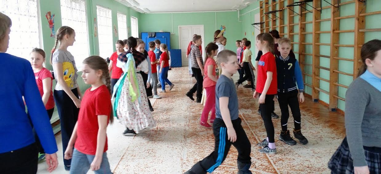 На уроках детей знакомят с заонежскими играми, песнями и кадрилью