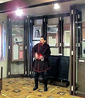 Заведующий филиалом «Марциальные воды» Национального музея РК Федор Кузьмин от имени Ивана Ребоева рассказывает посетителям об истории курорта