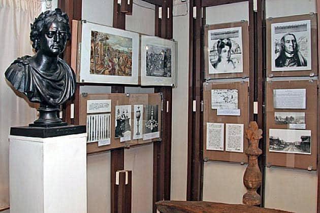 Часть постоянной экспозиции музея, куда пришлось перенести и бюст Петра I, спасая от вандалов. Одно время бюст стоял на территории музея
