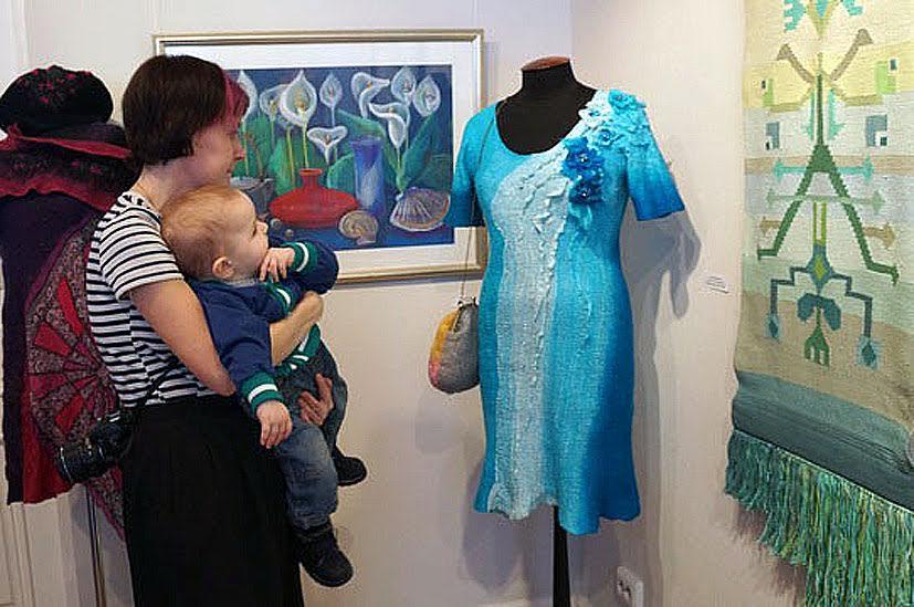 Элегантное платье «Из пены морской» (мокрое валяние/бусы, бисер), выполненное Натальей Кузьминой привлекало всеобщее внимание