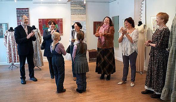 Председатель Гильдии мастеров Татьяна Ваян (вторая справа) представляет мастеров, участников выставки. Их работы оценили не только взрослые посетители выставки