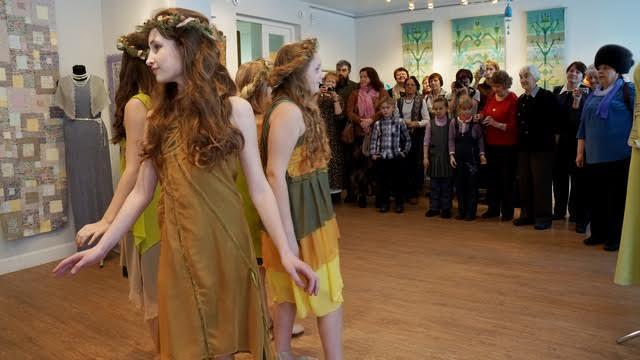 """Гостей вернисажа приветствует студия моды и пластики """"Подиум"""" Дворец творчества детей и юношества"""