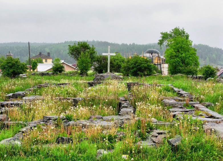 Куркиёки. Фундамент кирхи в 2012 году