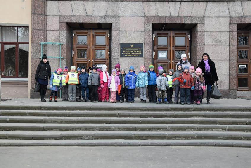 Дошколятам в ПетрГУ показали рождение тока и борьбу роботов (фоторепортаж)