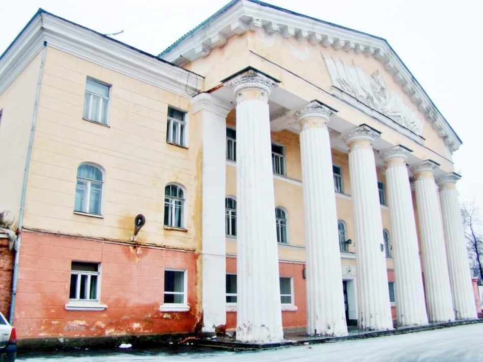 Дом офицеров год назад: стены промокают, промораживаются и разрушаются… Сейчас его состояние значительно хуже. Фото Юлии Свинцовой