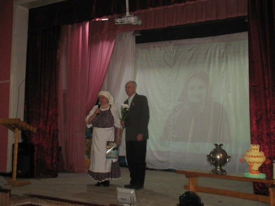 Валентина Сукотова поздравляет Николая Андреевича Чивина, бывшего директора Великогубской школы