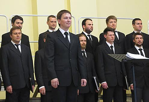 Руководитель и создатель хора Алексй Умнов (на переднем плане)