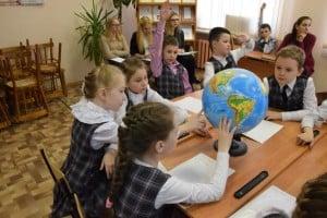 На уроке у второклашек присутствуют студенты