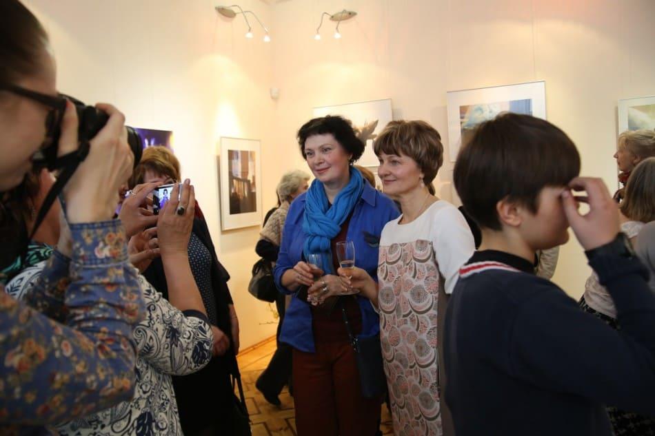 Виктория Зорина (слева) и Ирина Ларионова на вернисаже