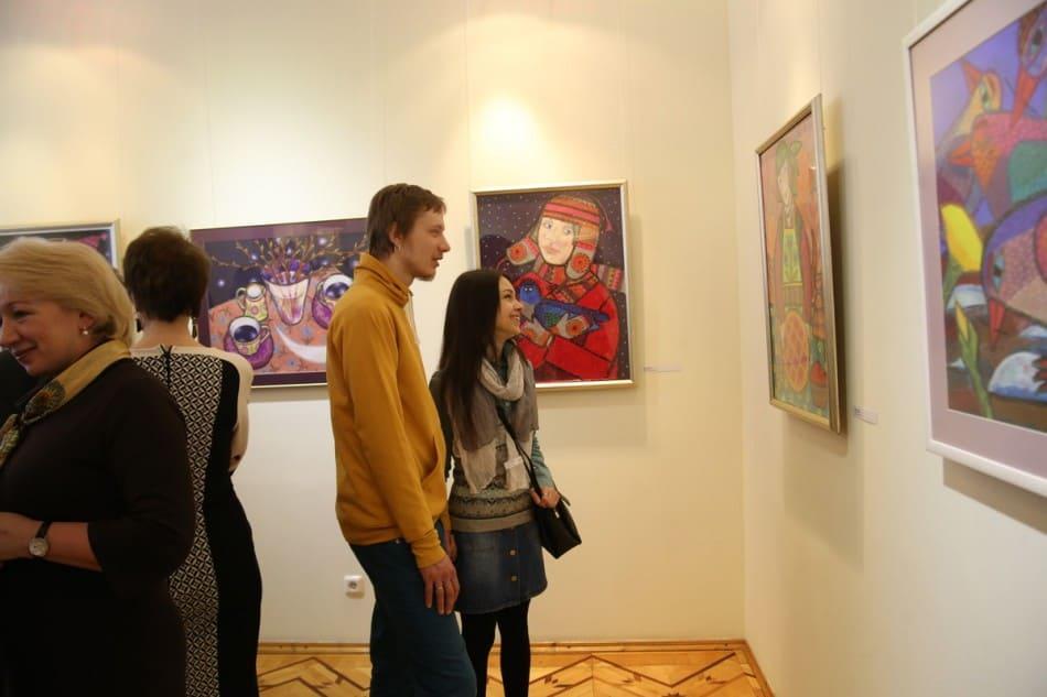 В зале с работами Виктории Зориной