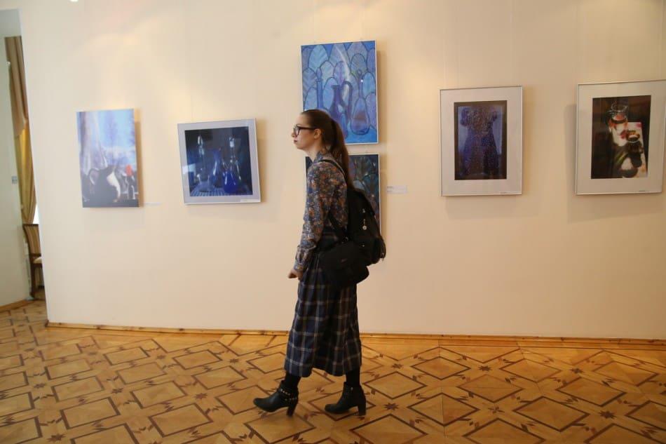 В зале с работами Ирины Ларионовой