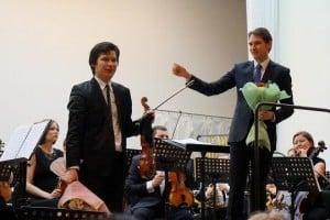 Айлен Притчин и Мариус Стравинский принимают поздравления после исполнения концерта №4 Альфреда Шнитке