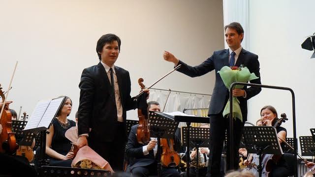 Айлен Притчин и Мариус Стравинский принимают поздравления после исполнения концерта №4 Альфреда Шнитке. 12 апреля 2016 года, Карельская филармония. Фото Ирины Ларионовой