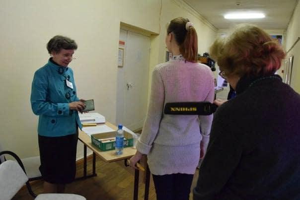 Участников пробного экзамена - депутатов и журналистов - проверили металлоискателем