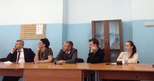 Круглый стол полсе сдачи экзаемена. Максим Утикеев (в центре) показал максимальный результат - 20 баллов