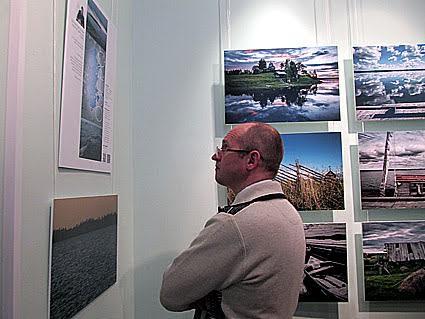 Внимание посетителей вернисажа привлекли фото из большого Водлозерскиого цикла Василия Щербинина