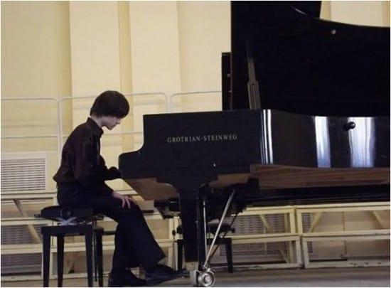Ученик Специализированной школы искусств Юрий Фролов победил в Международном конкурсе пианистов