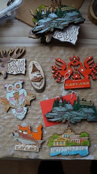 В своих сувенирах Юлия Гущина совмещает лазерную резьбу по дереву и керамику
