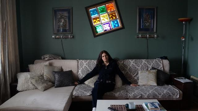 Гостиную украшают цветные графические листы Юлии