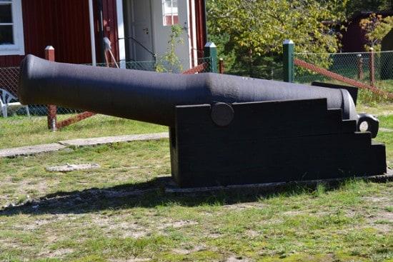 Одна из изготовленных в Петрозаводске пушек установлена перед маяком Готска Санден