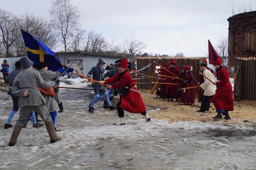 Народное гуляние началось с исторической реконструкции – битвы между шведами и русскими стрельцами, которые отстояли Кемскую крепость