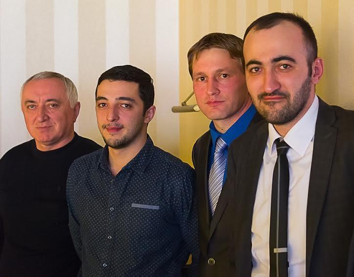 Вахтанг Гвалия и Юрий Стародубцев (первый и второй справа), организаторы фестиваля, с его участниками