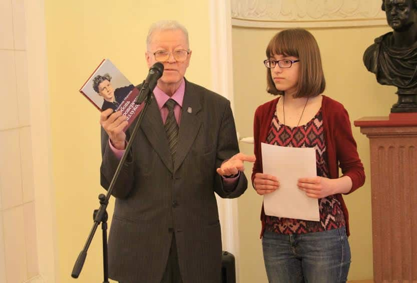 Александр Валентик, инициатор проведения конкурса, и гимназистка из Костомукши Юлия Федоткова