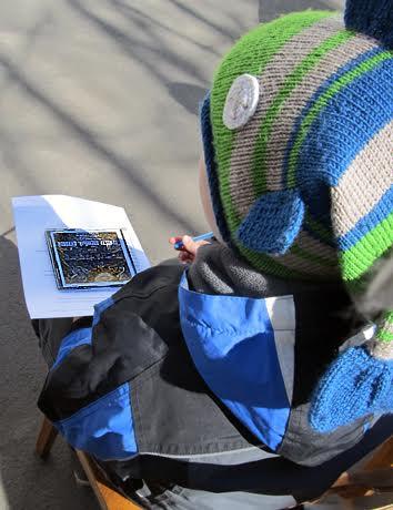 диск с видеофильмом в руках юного петрозаводчанина