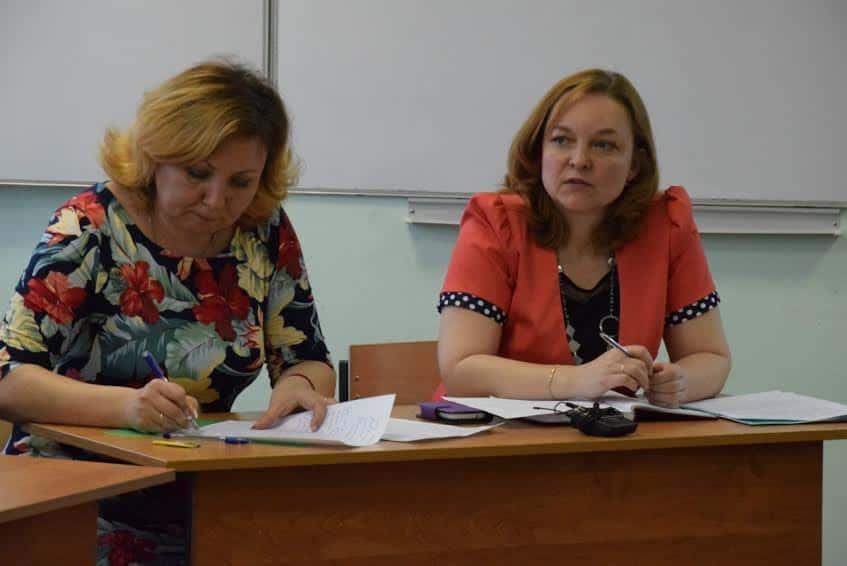 Елена Вайник (справа)
