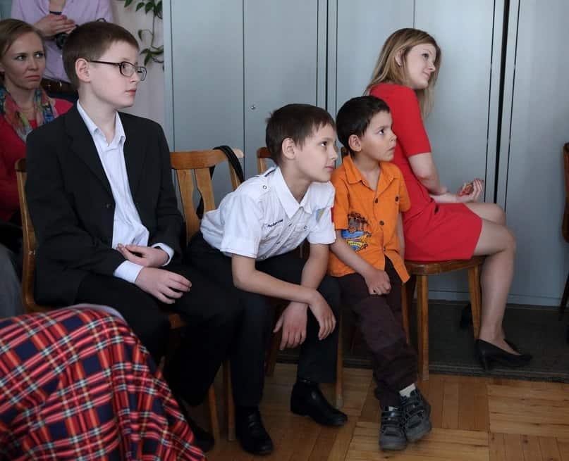 Детские стихи Елены Николаевой к общему восторгу прочитали (справа налево) Саша, Паша и Миша Касяник. Особенно задорно самый младший Миша
