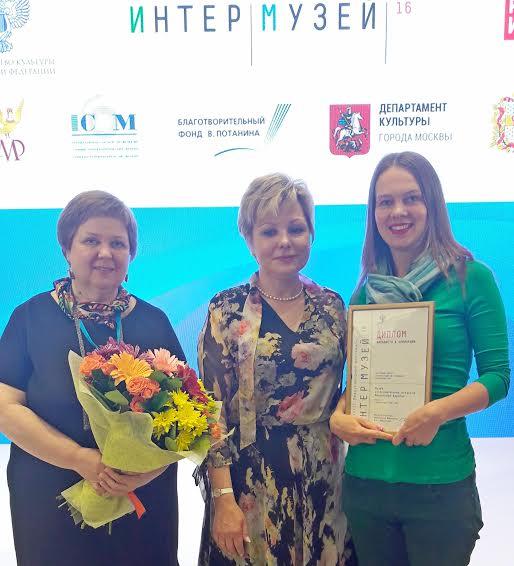 Авторы проекта Наталья Козловская (справа), Марина Коршакова (слева) с Еленой Гагариной