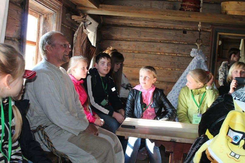 Эссойльские школьники услышали былины в исполнении сотрудника музея «Кижи» Олега Скобелева. Фото из группы vk.com/kizhi_museum
