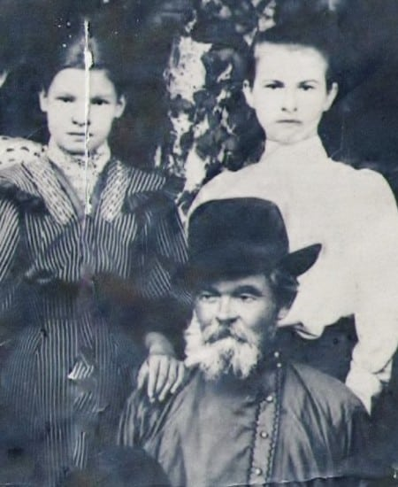 Кир Сергеевич Котиков, 1906 год.Слева его дочь Наталья, справа племянница Варвара Павловна Котикова (Дубровина)