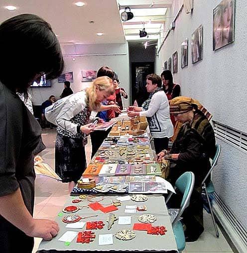 В Национальном театре Карелии к пленарному заседанию съезда была развернута выставка-ярмарка мастеров декоративно-прикладного искусства