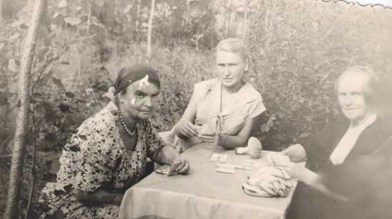 Мария Кировна Котикова слева с племянницей Кирой (в центре), справа Мария Ивановна Котикова, жена брата отца Марии Кировны, Николая.