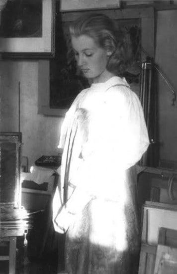 Елена Николаева в образе Айно в мастерской художника Георгия Стронка.  Петрозаводск 1960-е годы. Фото НА РК