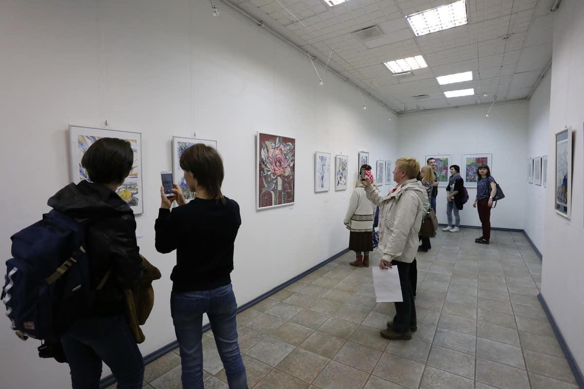 На выставке «Линия и цвет» Георгия Иванова и Маргариты Юфа. Фото Владимира Ларионова