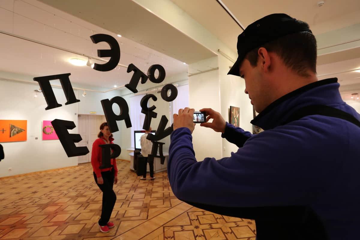 На выставке «Современное искусство для всех». Фото Владимира Ларионова
