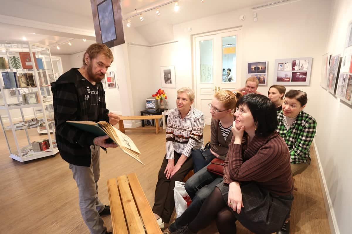 Творческая встреча Виталием Наконечным, дизайнером, художником на его персональной выставке «Формат» (компьютерная графика, дизайн книги, фотографика). Фото Владимира Ларионова