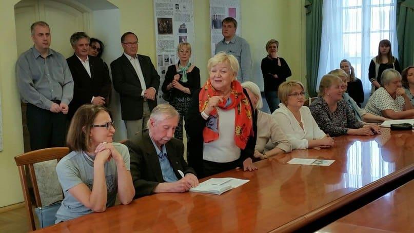 На открытии выставки выступает доктор филологических наук Нина Зайцева