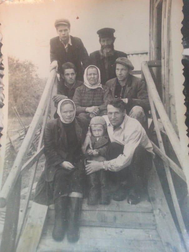 Евдоким Федорович Гаврилов с сыновьями и невесткой