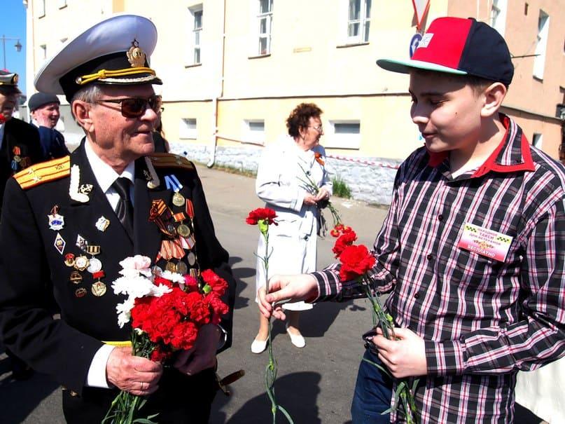 Саня Косенко, постоянный пеший волонтёр Народного такси, а его папа - постоянный волонтёр-водитель