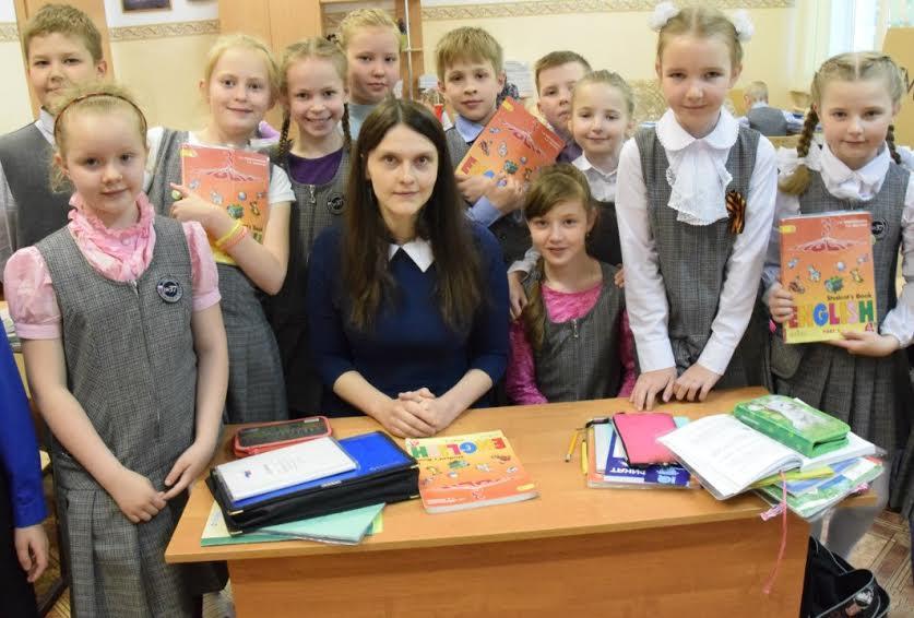 Учительница английского Татьяна Владимировна Безбородова со своими учениками