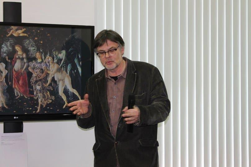 Экскурсию по виртуальной выставке «Времена года в мировой живописи» ведет художник Артём Стародубцев. Фото из группы vk.com/komart_club