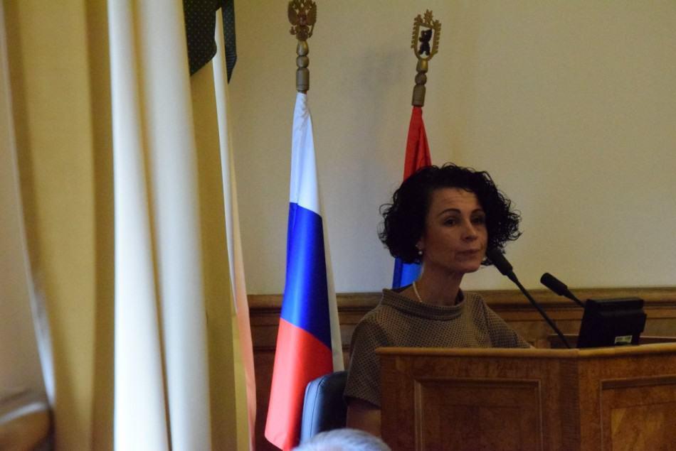 Оксана Старшова выступает с отчетом в ЗС РК